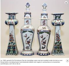 Een paar polychrome Delfts aardewerk vazen en een paar dekselvazen ca. 1900, gemerkt De Porceleyne Fles de vierzijdige vazen met een knobbel onder de hals en een floraal decor, de dekselvazen met bloeiende takken met vogels in cartouches en ornamenten (schilfertjes). (4) H 30 en 38 cm