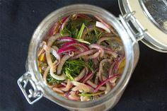 Marinoitu punasipuli on helppo ja nopea herkku, joka sopii lisukkeeksi moneen. Meillä sipuli oli osana salaatti buffettia, mutta voit tehdä näitä myös esimerkiksi burgerin väliin tai vaikka lihan kaveriksi nyt pääsiäisenä. Yhtään huono lisä ei ole punasipulin kaunis väri! Tarvikkeet: 2 punasipulia 1 dl punaviinietikkaa ripaus suolaa 2 tl hunajaa tai muuta makeutusta 2 dl … Japchae, Pickles, Salsa, Cabbage, Vegetables, Ethnic Recipes, Food, Essen, Cabbages
