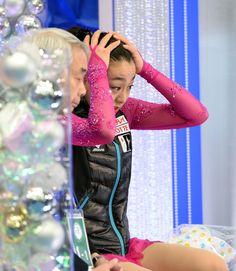 女子SPで髪形を直しながら得点を待つ浅田 (800×919) http://www.nikkansports.com/sports/figure/asada-mao/photo/article/1572235.html