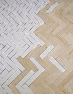 Fliesen und Parkett verschmelzen - Beautiful ceramic tile and wood parquet fusion floor.