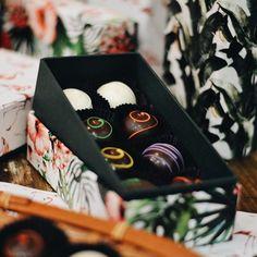 O tropicalismo deixou a nossa loja linda... E vejam que charme ficou esta caixa estojo com 8 trufas! Este cliente optou pelos sabores: Tangerina, Maracujá, Limão, Morango, Gengibre, Coco, Frutas Vermelhas e Baunilha. 🌿🍫✨ #CiaMineiradeChocolates #Trufas #EmbalagensPersonalizadas
