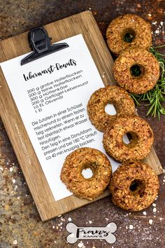 Mit diesen Donuts lernt Dein Hund schnell alle Kommandos With these donuts, your dog learns all the commands quickly Beignets, Food Dog, Diy Wedding Food, Donut Decorations, Fox Cookies, Pumpkin Spice Cupcakes, Bear Cakes, Fall Desserts, Cakes And More