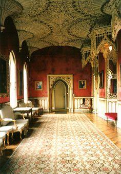 The Gallery: Strawberry Hill  I rummet har man gått tillbaka till gamla engelska stilar.  I detta fall gotiskt tak.