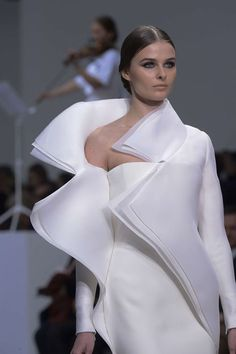 Discover NOWFASHION, the first real time fashion photography magazine to publish exclusive live fashion shows. Stephane Rolland, Couture Details, Fashion Details, Fashion Design, Live Fashion, Fashion Show, Fashion Fashion, Latest Fashion, Runway Fashion