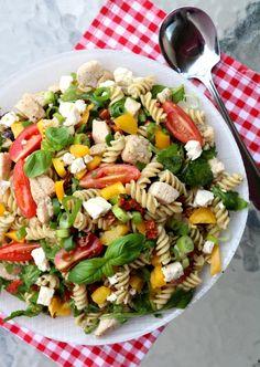 Kyllingsalat med pasta & pesto - LINDASTUHAUG Pesto, Cobb Salad, Food And Drink, Supper, Dhal, Recipe, Board, Rezepte, Sign