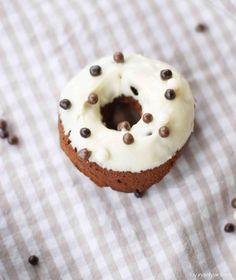 Amaretto-Donuts mit weißer Schokolade | der amerikanische Kuchen-Klassiker - nur gebacken anstatt frittiert
