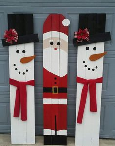 Magical DIY Christmas Yard Decorating Ideas - Before you get too contented, hold a little as there is one last thing you can do to complete your outdoor Christmas decoration: a Christmas tree! Wooden Christmas Crafts, Diy Christmas Decorations Easy, Pallet Christmas, Christmas Signs Wood, Christmas Porch, Holiday Crafts, Winter Wood Crafts, Holiday Signs, Diy Christmas Projects