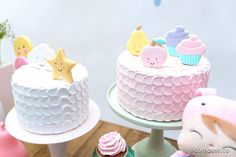 mini festa infantil tema doces sonhos com tons candy color e bolos fake de buttercream com biscoitos decorados.