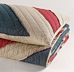 Vintage-Washed Union Jack Quilt via RH {for Justis} Flag Quilt, Boy Quilts, Union Jack Bedroom, Restoration Hardware Kids, Union Jack Decor, English Gifts, Boy Nursey, Plaid Bedding, E Room