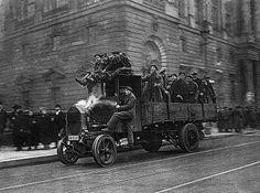 Willy Römer, Revolution in Berlin: Bewaffnete Arbeiter und Soldaten vor dem Marstallgebäude. Berlin 1919