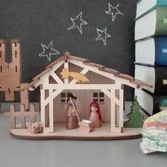 Auch im Zimmer unseres Großen herrscht Vorweihnachtsstimmung (im Moment allerdings eher optisch als gefühlt, da er für zwei Klassenarbeiten lernt und das nicht so ganz ohne Meckerei abläuft 😉). Diese kleine Krippe hat er vor ein paar Jahren von seiner Tante zu Weihnachten bekommen. Sie war ein Bausatz, den er selbst zusammenkleben musste. Damals war er noch zu klein um es alleine zu schaffen und er hat es gemeinsam mit seinem Opa gemacht.  #herzallerliebsteradvent