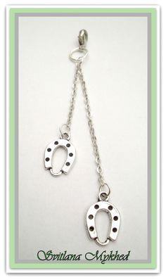 Pendentif a mousqueton ` Fer a Cheval` . Métal argenté . : Pendentif par perles-et-couronnes