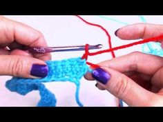 In this video tutorial, Bobbie Thomson teaches us how to change yarn color the correct way by demonstrating the single crochet stitch. Tunisian Crochet, Thread Crochet, Learn To Crochet, Crochet Crafts, Crochet Stitches, Crochet Hooks, Crochet Projects, Free Crochet, Knit Crochet