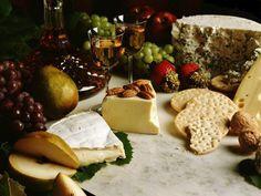 Apesar de ser cada vez mais comum fazer festas, reuniões e jantares com queijos e vinhos, essa combinação não é tão ideal como as pessoas costumam achar. Segundo os especialistas conhecedores de vi…