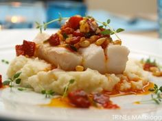 Cod with chorizo salsa, asparagus and cauliflower puree. I replaced the chorizo with bacon and the asparagus with carrots, still delicious! Seafood Recipes, New Recipes, Dinner Recipes, Cooking Recipes, Cauliflower Puree, Date Dinner, Fish Dishes, Everyday Food, Fish And Seafood