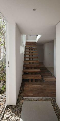 Frame è una casa minimalista trova a Hiroshima, in Giappone, progettata da UID Architects.  La facciata della casa ha una struttura aperta che rivela un piccolo cortile.  La casa a due piani, è composto da un pannello esterno nero con pareti bianche nella cornice.  Una luce cielo stretto permette abbondante luce naturale di entrare in salotto e la cucina.  La struttura della casa è costruita principalmente in legno.  (7)