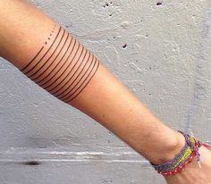 Tattoos gibt es in den unterschiedlichen Formen, Farben und auch Größen. Gerade für Einsteiger sind kleine Motive von besonderem Reiz. Hier zeigen wir in 18 tollen Beispielen, dass auch kleinste Tätowierungen richtig klasse aussehen können und ein bezaubernder Körperschmuck sind.  .  . .…