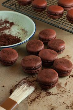 pierre herme's macaron au chocolat amer - macaron is a great challenge. Cookie Recipes, Dessert Recipes, Dessert Food, Delicious Desserts, Yummy Food, Macaron Recipe, Chefs, Love Food, Sweet Recipes