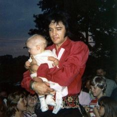 Elvis and baby Lisa Marie with fan's at the gate of Graceland 1970 Elvis Presley Family, Elvis Presley Photos, Lisa Marie Presley, Priscilla Presley, Elvis Collectors, Chuck Berry, Photos Du, Rare Photos, Belle Photo