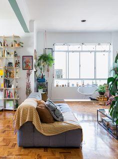Sala de apartamento com sofá cinza, plantas penduradas e muitas cores - interior details  IMAGES, GIF, ANIMATED GIF, WALLPAPER, STICKER FOR WHATSAPP & FACEBOOK