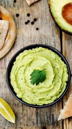 Die Zubereitung von Avocado-Hummus könnte nicht einfacher sein: Pürieren Sie eine Dose Kichererbsen mit einer Avocado, einem Schuss Zitronensaft und zwei Esslöffeln Olivenöl. Voilà!
