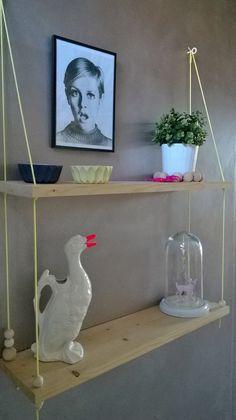 Étagère balançoire esprit design scandinave corde fluo Jaune et perles de bois brut : Meubles et rangements par twiggy-shop