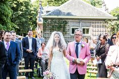 Bruid met vader richting altaar, buiten trouwen #bruidsfotograaf #bruidsfotografie Dario Endara