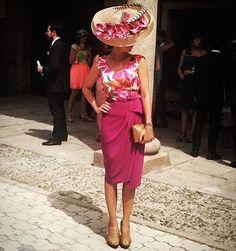Recién llegadita a #Ibiza y me encuentro a esta elegante #invitadaperfecta en @lamimosatocados ! #invitada #invitadas #invitadasperfectas #invitadasconestilo #invitadaboda #invitadasconestilo #lookboda #lookbodas #lookinvitada #boda #bodas #tocado #tocados #pamela #pamelas #wedding #weddingguest #guest #style #fashion #moda #headdress #faldas #instacool