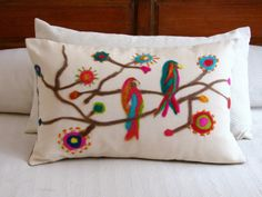 Palpitando el carnaval: artesAna Basic Embroidery Stitches, Embroidery Patterns, Cushion Covers, Pillow Covers, Wood Crafts, Diy And Crafts, Flower Pillow, Fabric Painting, Textile Art