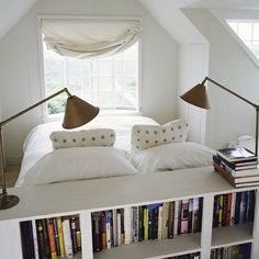 J'aime la tête de lit faisant office de bibliothèque, mais surtout j'aime l'orientation du mobilier, et particulièrement du lit, juste en face de la fenêtre.