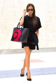 Queen #VictoriaBeckham and her slightly amazing swirly purse. Like it.