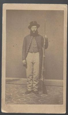 Civil-War-CDV-of-Union-Soldier-Hardee-Hat-and-Rifle-Musket
