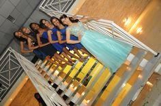 no meu aniversario não tive os 15 casais, foi apenas a dança com o príncipe e com essas 5 lindas  para abrir a pista de Dança e logicooo que tiramos varias fotos essa é uma  foto com as meninas da dança na escada