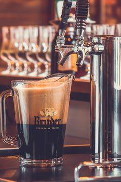 Jengibre, menta y yerbabuena, la evolución de las cervezas artesanales colombianas Coffee Maker, Kitchen Appliances, Gastronomia, Colombian Food, Craft Beer, Mint, Brother, Coffee Maker Machine, Diy Kitchen Appliances