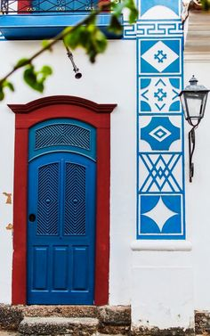 (love the door, the contrasting color and the crown on the surround!) Paraty, Rio de Janeiro, Brazil