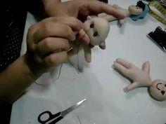PAP PASSO 5 PARTE 1/2 - ROSTO E CABELOS DE BONECAS DE FELTRO OU PANO Plastic Cutting Board, 1, Videos, Youtube, Bathroom Crafts, Doll Hair, Step By Step, Feltro, Baby Dolls