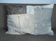 Jeans-kussen gemaakt voor de slaapbank mijn zoon. Gemaakt van zijn eigen oude jeansbroeken. Jeansrecycling ;-)