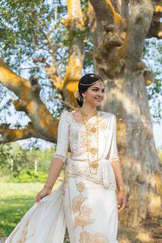 White Saree Wedding, Sari Wedding Dresses, Bridal Sari, Bridesmade Dresses, Bridal Dresses, Sri Lankan Wedding Saree, Sri Lankan Bride, Saree Jacket Designs, Srilankan Wedding