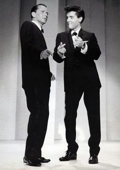 Elvis Presley snapping his fingers and swinging on stage with Frank Sinatra - welcome home from the Army Timex TV show Interracial Celebrity Couples, Korean Celebrity Couples, Celebrity Couple Costumes, Diy Couples Costumes, Celebrity Photos, Costume Ideas, Celebrity Dads, Celebrity Style, Franck Sinatra