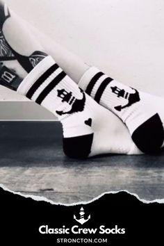 Du bist eine coole Socke? Dann haben wir den perfekten Partner für dich. Du wirst sie nicht wieder ausziehen wollen...aber ab und zu mal waschen schadet nicht, sonst schnapp dir gleich ein zweites Paar. 1€ geht an die Stroncton Foundation. Designed in Austria - Made in Europe. ᅠActive Heat Exchange / Hochwertige Materialien / Anti Slip / Dreifach gepolstert / Rebels & Romantics Stick. Mehr Inspiration, Outfit Ideen, nachhaltige Mode, Accessoires bei Stroncton im Online Shop #stroncton