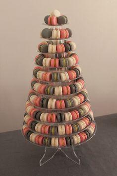 Busca mi página en facebook: Una latina en Paris y ayúdanos a elegir una pirámide de macarons para la boda, sólo tienes que dar like a la pirámide que prefieras!