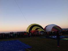Los globos comienzan a llenar de color el espacio alrededor del lago en el Festival Internacional del Globo en #León #ViveFIG