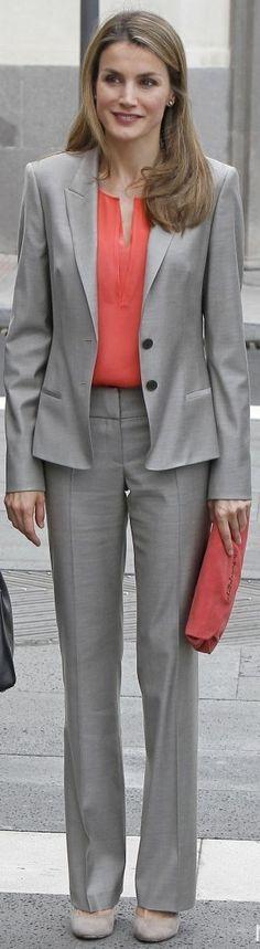 """La Princesa Letizia ha visitado hoy la exposición """"El trazo Español en el British Museum. Dibujos de Renacimiento de Goya"""" en el Museo del Prado de Madrid. Doña Letizia ha repetido un sastre en gris de Hugo Boss combinado con camiseta color coral, clutch de Adolfo Domínguez a juego y los salones en color topo de Magrit (Información tomada del """"Armario de Letizia"""""""