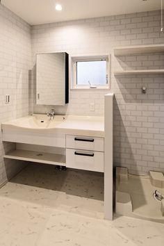 洗面化粧台はパナソニックのラシス。 クロスにキッチンのタイルとリンクする様な柄を選ばれたので、統一感が生まれました。|洗面所|インテリア|ライト|タイル|新築|創業以来、神奈川県(秦野・西湘・湘南・藤沢・平塚・茅ヶ崎・鎌倉・逗子地区)を中心に40年、注文住宅で2,000棟の信頼と実績を誇ります| Washroom, Powder Room, Double Vanity, Living Room Designs, House Design, Bath, Interior, Home Decor, Houses