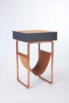 Revisteiro, de madeira, couro e canos de cobre, design Luiz Carvalho