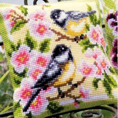 Vogels en bloemen: voorgeschilderd kruissteekkussen om zelf te borduren