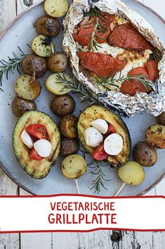 GEBACKENE TOMATEN-FETA-PÄCKCHEN, GEGRILLTE ERDÄPFELSPIESSE UND GEGRILLTE AVOCADOS À LA CAPRES #kräutersalz #vegetarischgrillen #bbq #veggie #vegetarisch #nomnom #yummy #leckerschmecker #foodie #foodpins #kochen #grillen #sonnentor Butterfly Party, Food Obsession, Superfood, Wine Recipes, Vegetable Pizza, Barbecue, Feta, Nom Nom, Grilling