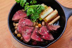 「熟成もも肉のビステッカ風」は、イタリア伝統料理のビステッカ風に調理した、塊肉のステーキ!同じく山梨県内の富士河口湖近辺でとれたモモ肉を使用しており、赤みの美味しさがギュっと詰まっています。
