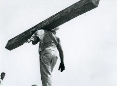 TINA MODOTTI Hombre cargando viga. Impresión de negativo donado por Vittorio Vidali. Fototeca INAH.