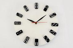 Reloj con vinilo y piezas de dominó